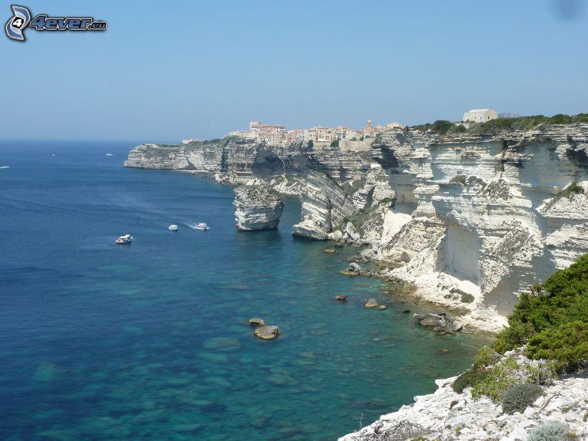 Küstenriffe, Felsen im Meer, Stadt am Meer