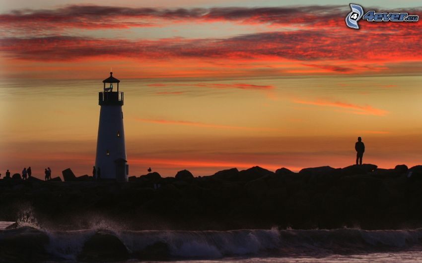 Leuchtturm, Silhouette eines Jungen, Abendhimmel, felsige Küste