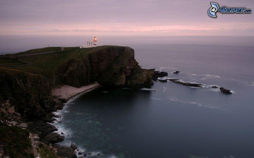 Leuchtturm auf der Klippe, Bucht, Felsen im Meer