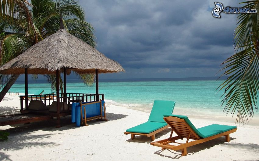 Liegestühle, Pavillon, Meer