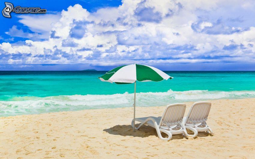 Liegestühle, Sonnenschirm am Strand, azurblaues Meer