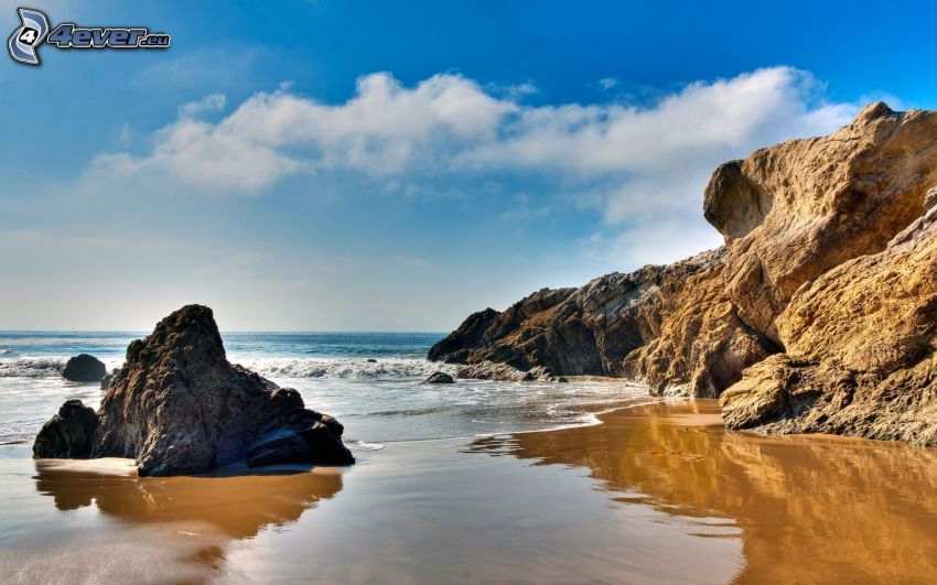 Malibu Beach, Kalifornien, Felsen im Meer