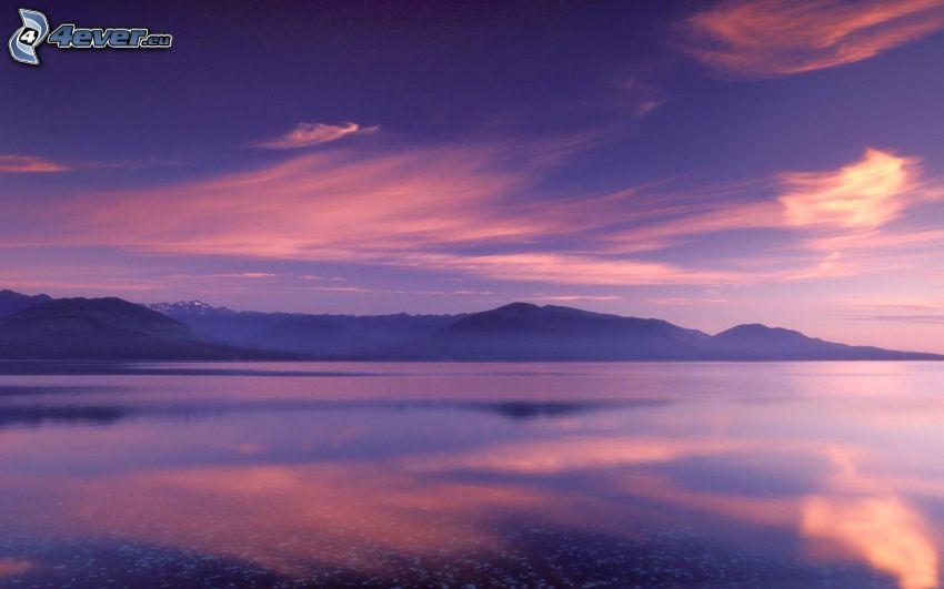 Meer, Berge, lila Himmel