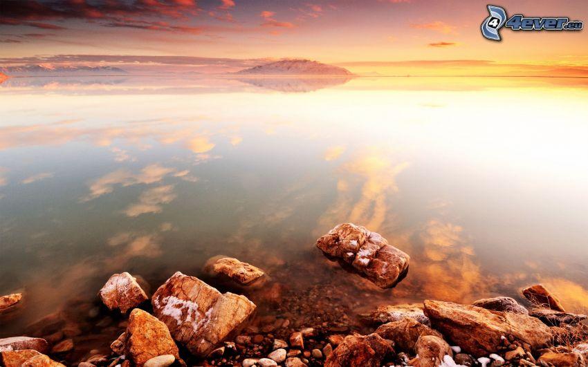 Meer, felsige Küste, Abendhimmel