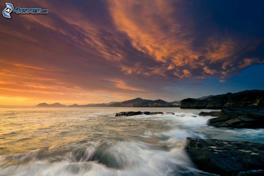 Meer, felsige Küste, Himmel
