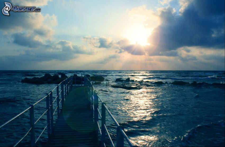 Meer, Holzsteg, Sonne hinter den Wolken