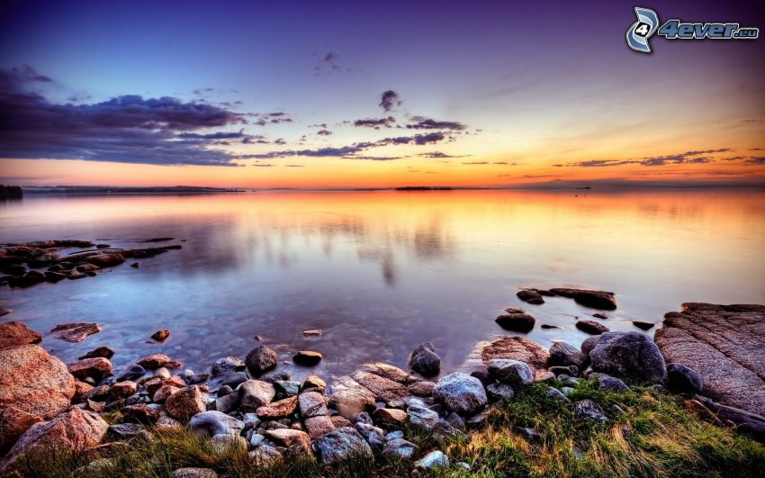 Meer, Steine, Abendhimmel