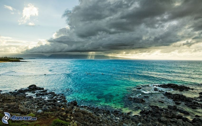 Meer, Wolken, Steinstrand
