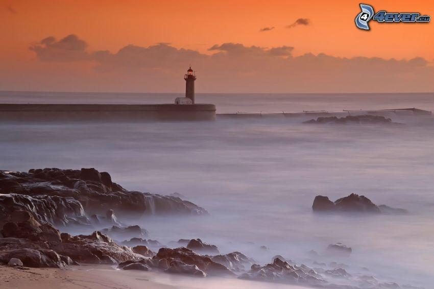 Molo mit dem Leuchtturm, Meer, felsige Küste, Himmel
