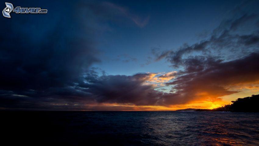 nach Sonnenuntergang, dunkles Meer
