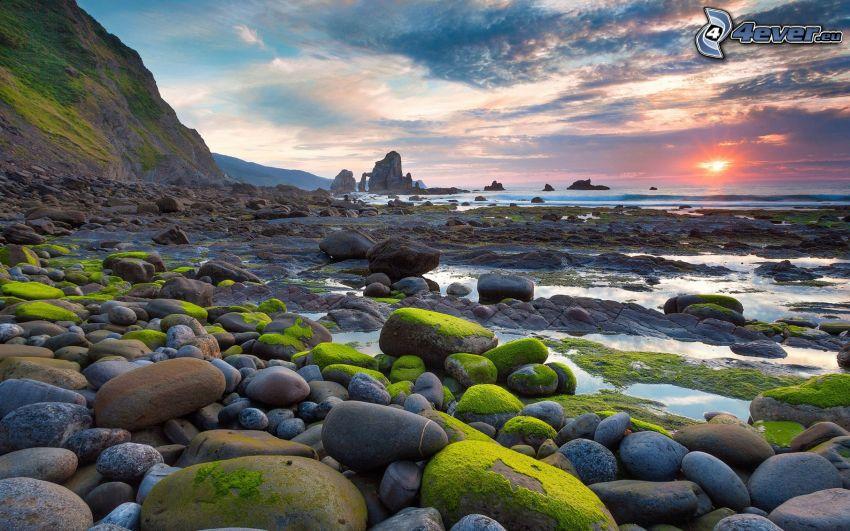 San Juan Mountains, felsiger Strand, Moos, Steine, Sonnenuntergang auf dem Meer