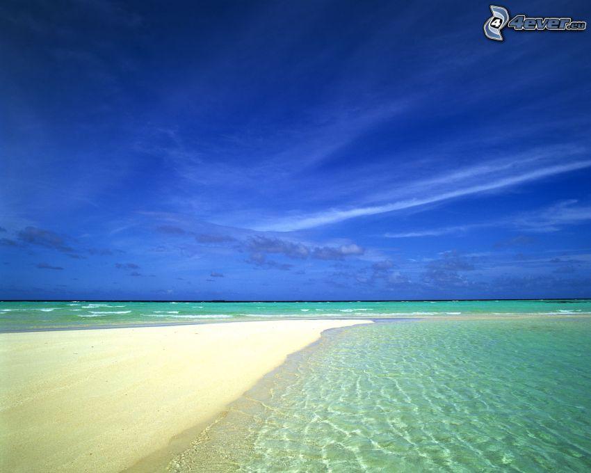 Sandstrand, seichtes azurblaues Meer, Himmel, Sommer