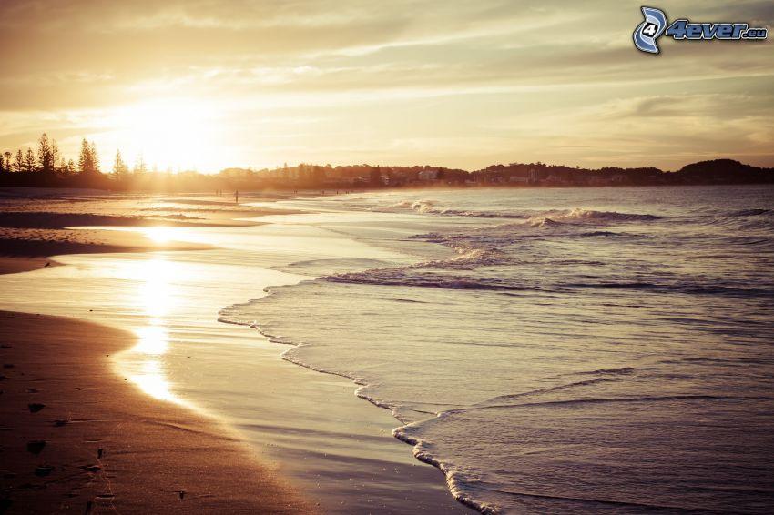 Sonnenaufgang auf der Meeresspiegelfläche