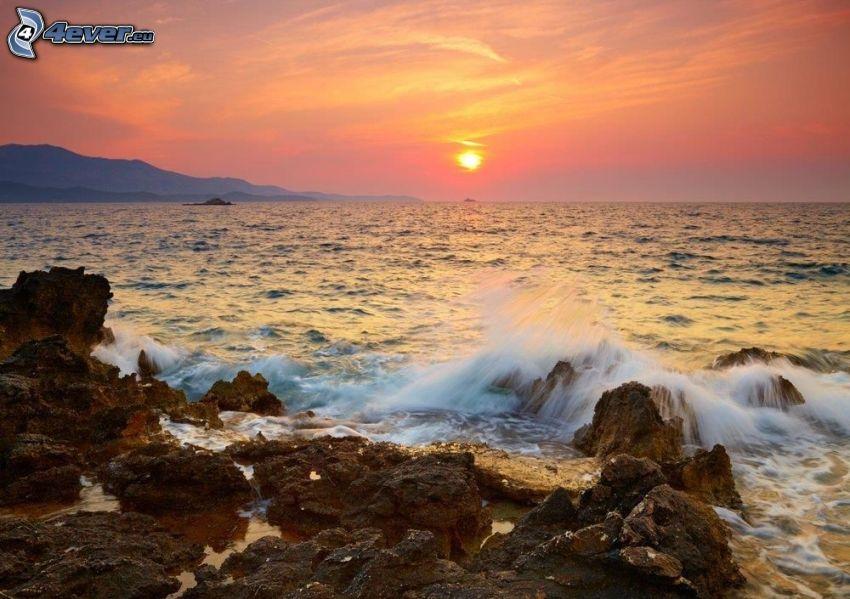 Sonnenuntergang auf dem Meer, felsige Küste