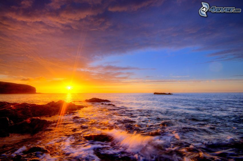 Sonnenuntergang über dem Meer, Abendhimmel, felsige Küste