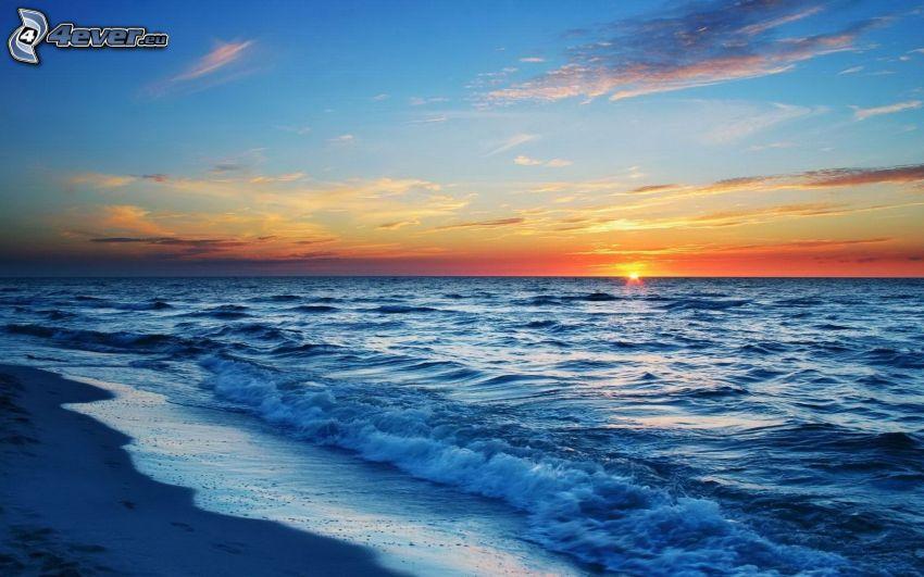 Sonnenuntergang über dem Ozean, Strand
