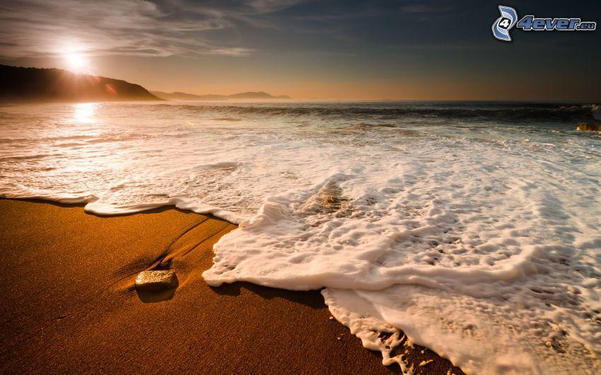 Strand beim Sonnenuntergang, Wellen an der Küste, Meer