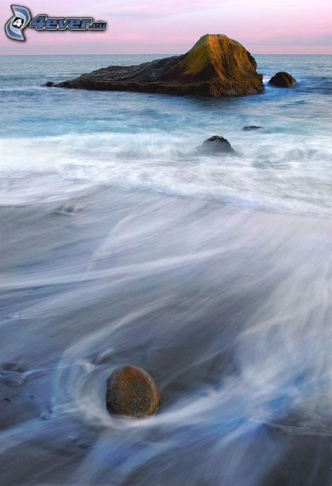 Wellen an der Küste, Felsen im Meer