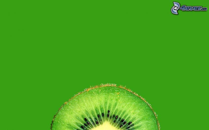 Kiwi in Scheiben geschnitten, grüner Hintergrund