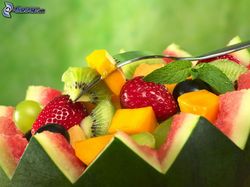 Obst, Wassermelon, Erdbeeren, Kiwi in Scheiben geschnitten