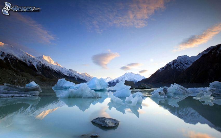 schneebedeckte Berge, gefrorener Fluss