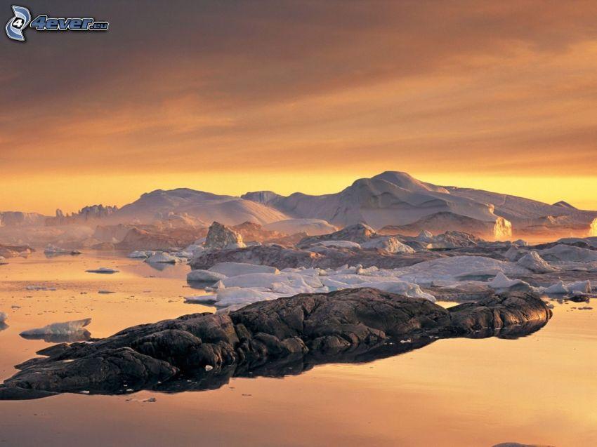 schneebedeckte Berge, Himmel, Steine