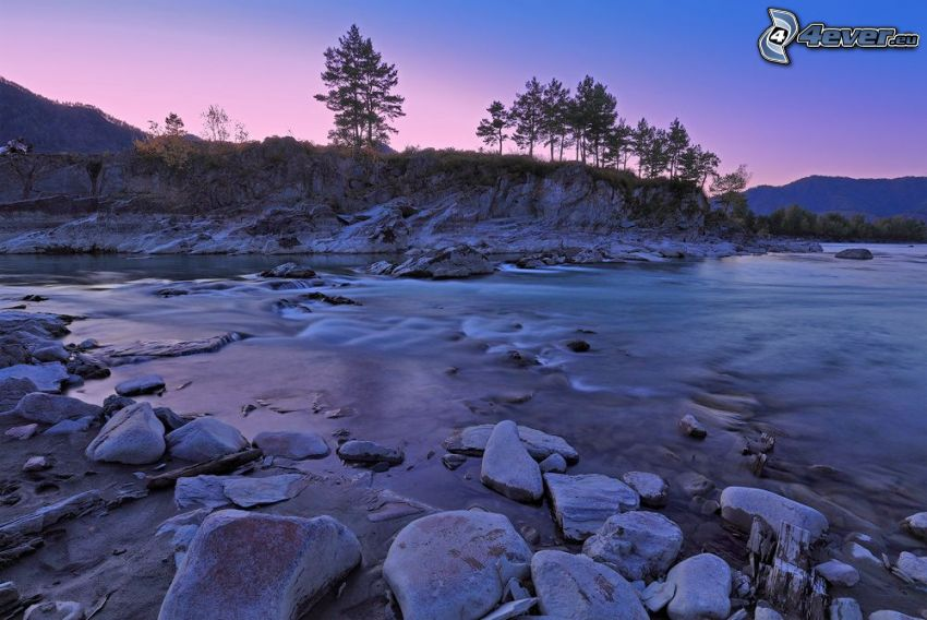 See, flache Steine, Bäume, Sonnenaufgang