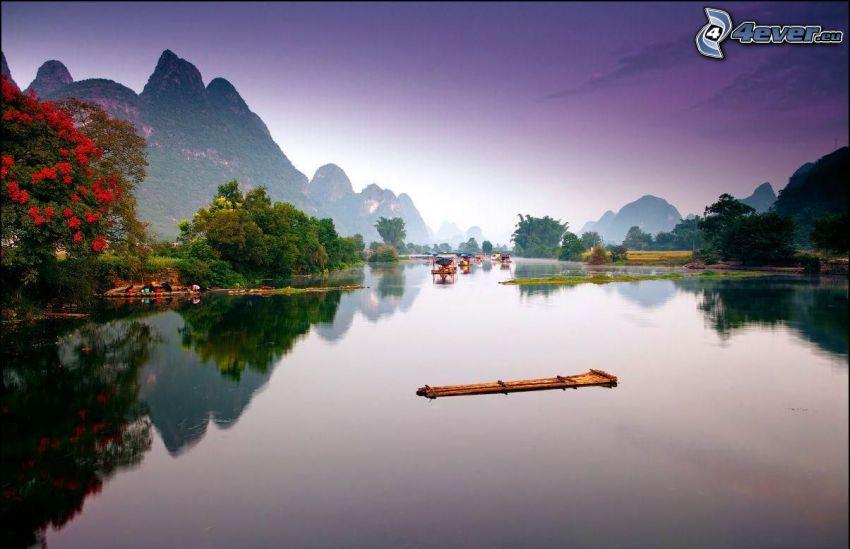 See, Floß, hohe Berge, Spiegelung, ruhige Wasseroberfläche, China