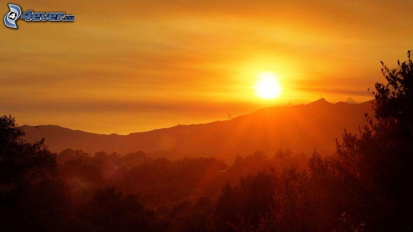 Sonnenuntergang hinter den Bergen, Abendhimmel
