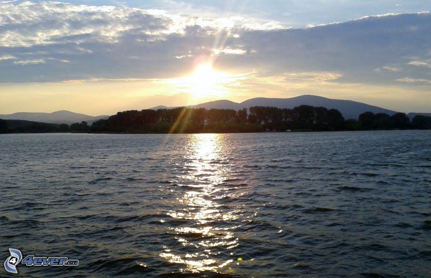 Sonnenuntergang über dem See, Himmel, Berge, Reflexion der Sonne