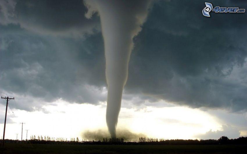 Tornado, dunkle Wolken, elektrische Leitung