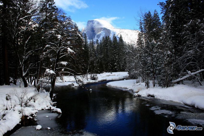 verschneite Landschaft, Fluss im Wald, Half Dome, Yosemite-Nationalpark