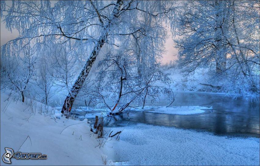 verschneite Landschaft, gefrorener Fluss