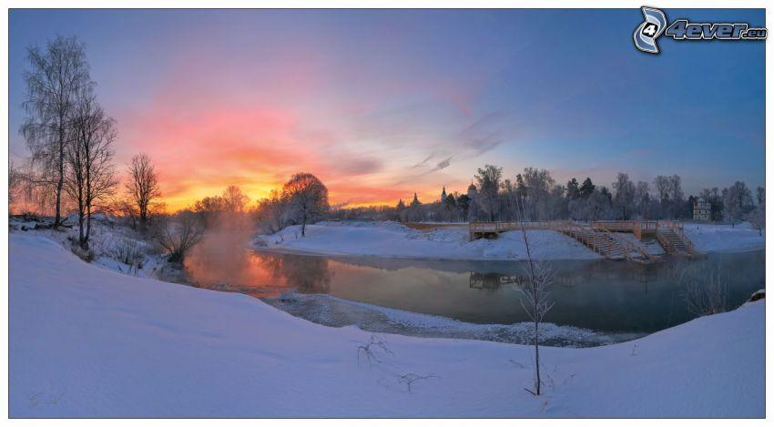 Winterfluss, Schnee, orange Sonnenuntergang