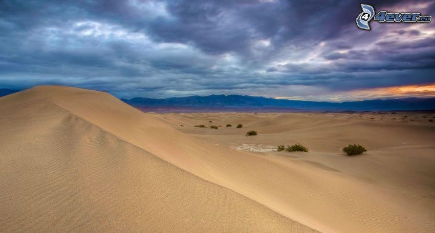 Wüste, Himmel, Berge, dunkle Wolken