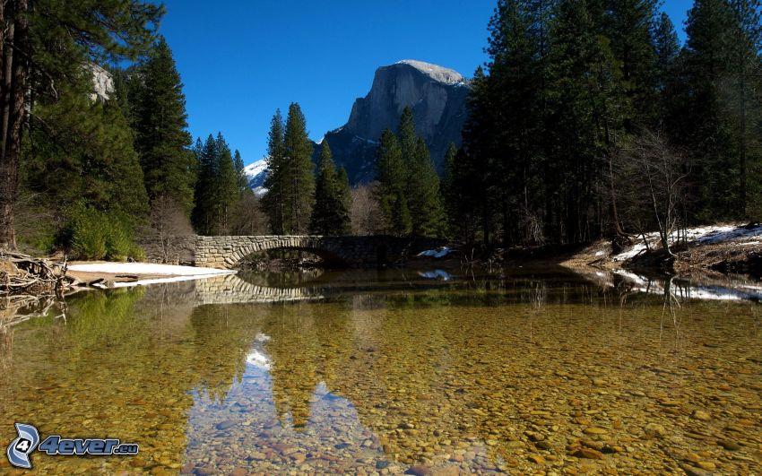 Yosemite-Nationalpark, Steinbrücke, Fluss, Bäume, felsiger Berg, Half Dome
