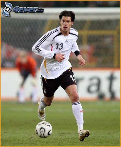 Footballspieler mit dem Ball, Fußballplatz