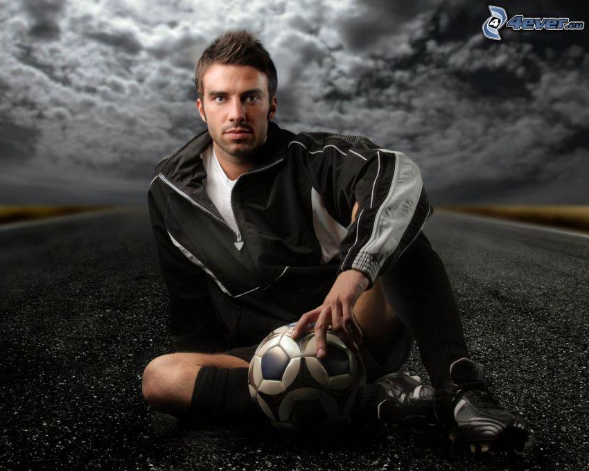 Fußballer, dunkler Himmel