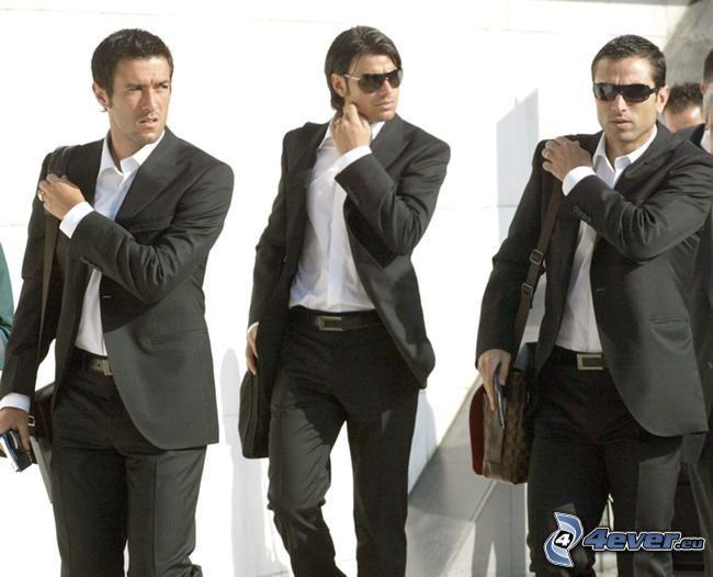 Fußballer, Männer in Anzügen