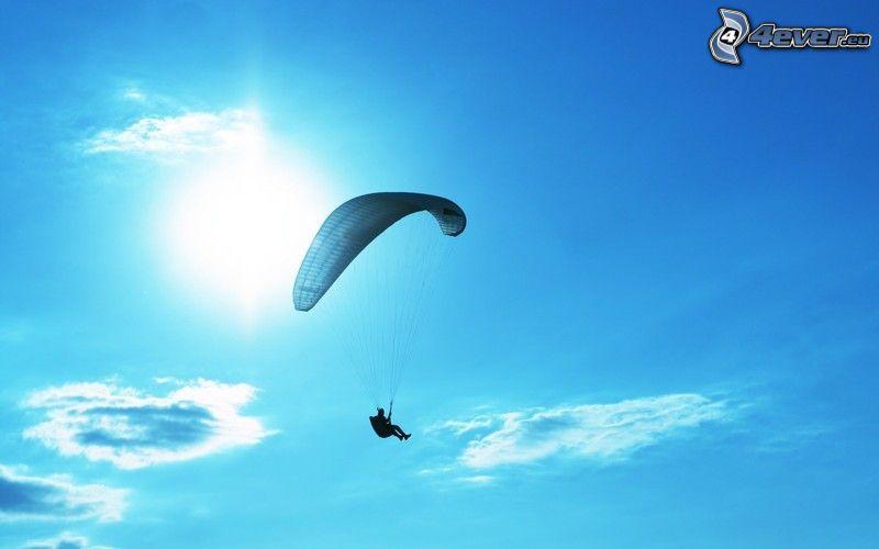 Gleitschirmfliegen, Sonne, blauer Himmel