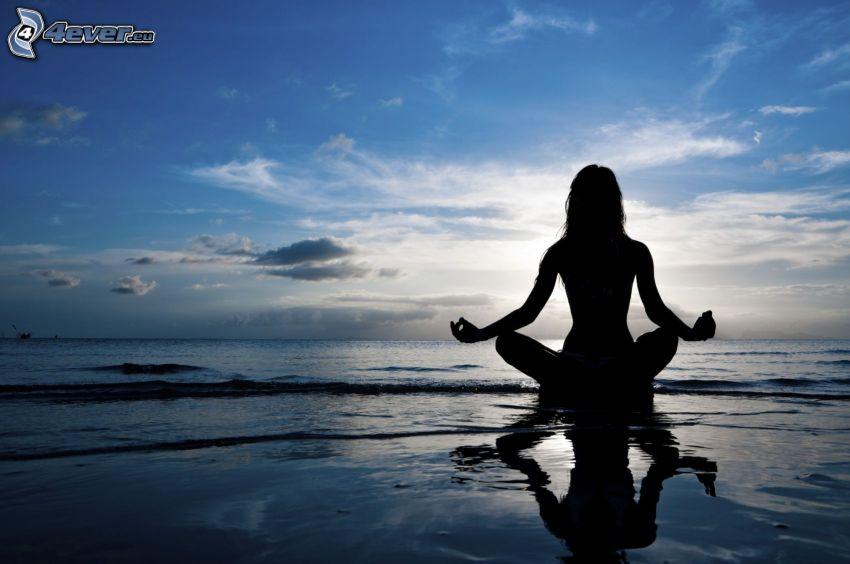Silhouette der Frau, Yoga, türkische Sitzung, Meditation, offenes Meer