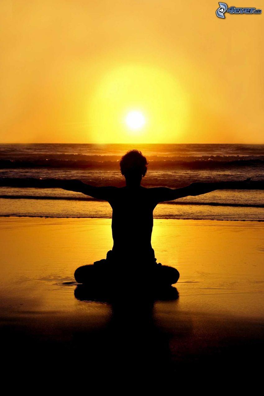 Yoga, türkische Sitzung, Sonnenuntergang über dem Meer, gelb Himmel