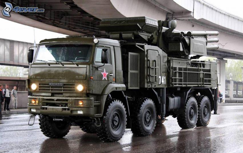 militärische Ausrüstung, Lastkraftwagen, unter der Brücke