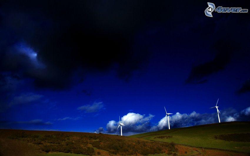 Windkraftwerke, dunkler Himmel