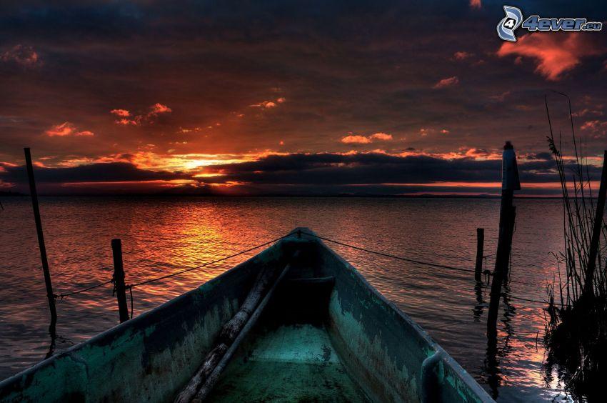 Boot am Ufer, Sonnenuntergang am See, Abendhimmel