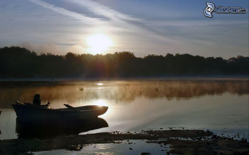 Boot am Ufer, Sonnenuntergang über dem See, Wald