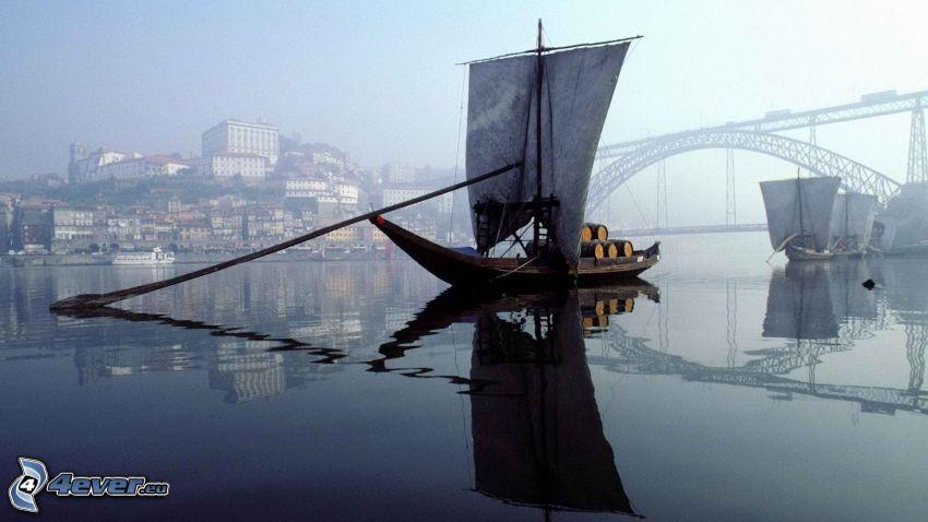 Boot auf dem Fluss, Brücke