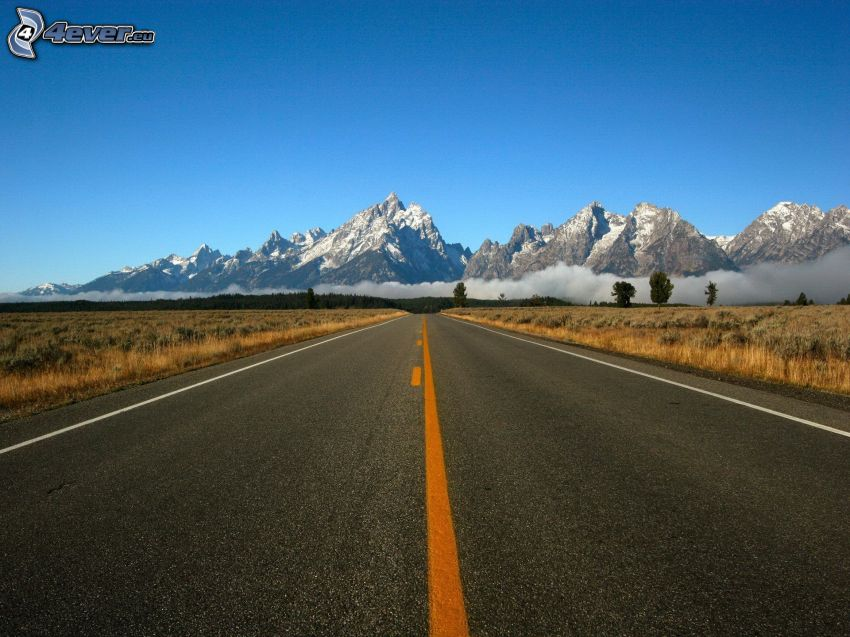 felsige Berge, gerade Strasse