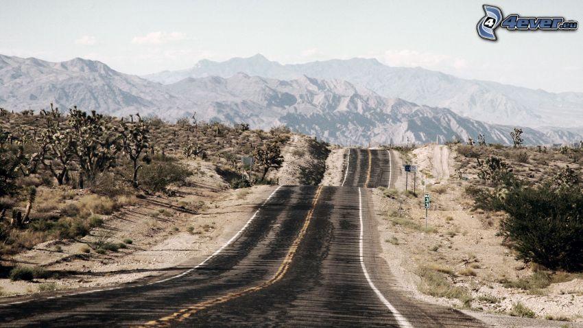 gerade Strasse, alte Straße, Berge