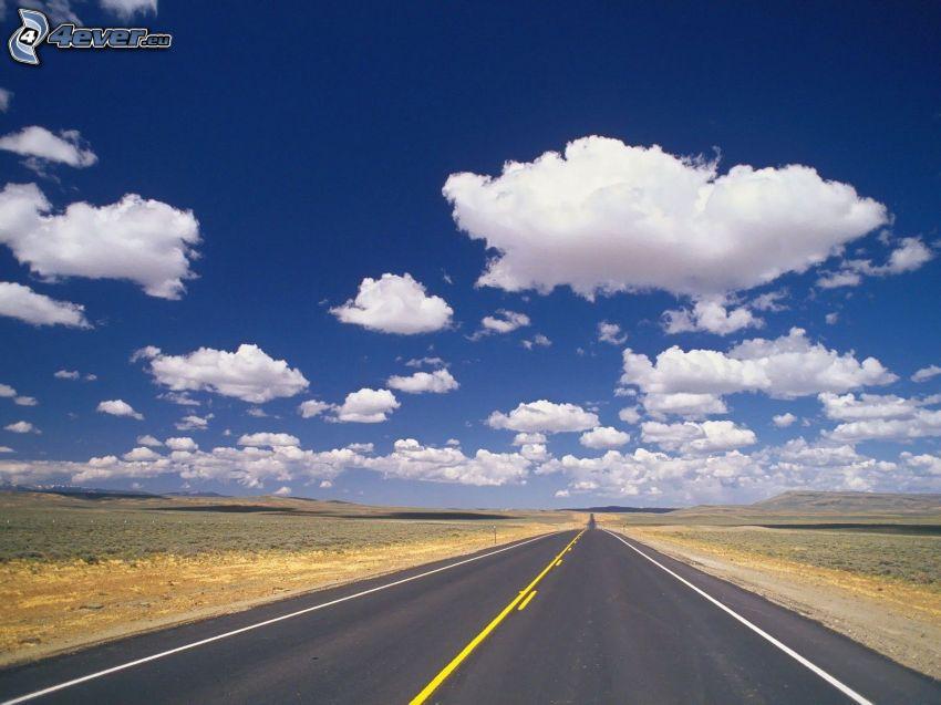 gerade Strasse, Wolken, Felder